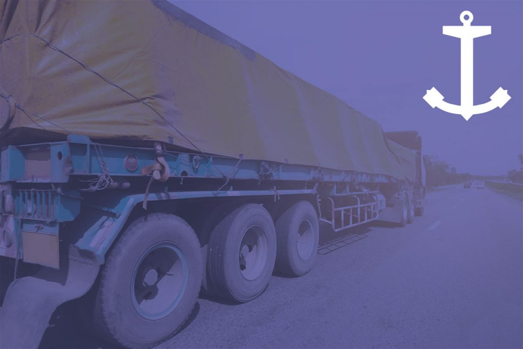 Imagem de caminhão com carga acondicionada em lona
