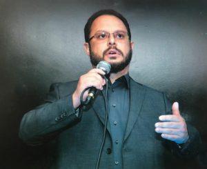 Francisco Gomes da \Uniforte falando ao público